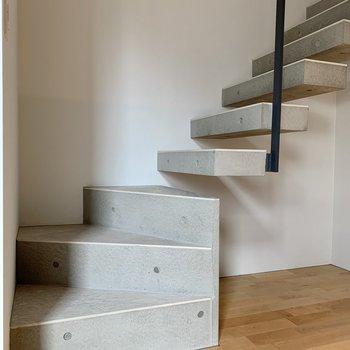 【下階】階段で上へ
