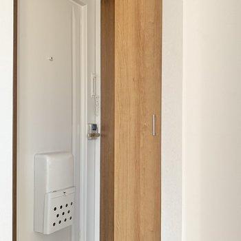 玄関はコンパクト!木の靴箱がかわいいな。