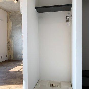 洗濯機置き場には棚も。