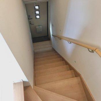 階段を降りると玄関