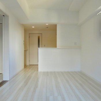 築浅の真っ白な清潔感(※写真は2階の同間取り別部屋のものです)