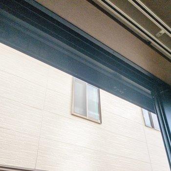 窓には雨戸が。長期旅行時や台風時に役立ちます。