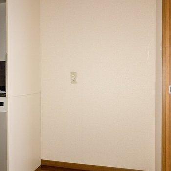 キッチン横には冷蔵庫置場が。コンセントが2つあるので電子レンジ等も。
