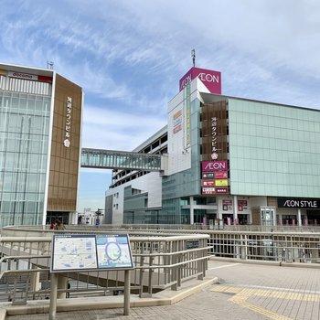 大きな商業施設や図書館や温泉の入るビルが建つ河辺駅北口駅前。