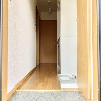 玄関入って、廊下と居室の間にもうひとつ扉があります。