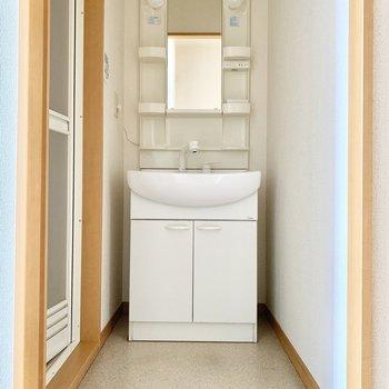 キッチン後ろに脱衣スペース。扉はありません。