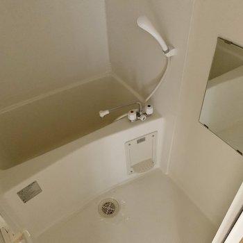 鏡付きのお風呂。※通電前の写真です