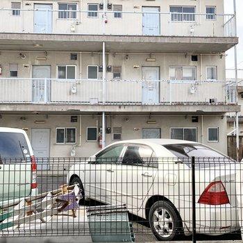 眺望は向かいの駐車場とアパート。