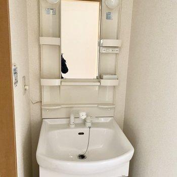 使いやすそうな独立洗面台。