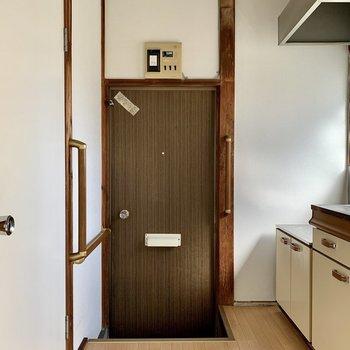 玄関にはシューズボックスがありません。コンパクトなタイプのご用意を。