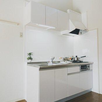 キッチンは真新しいものに。冷蔵庫も新しいものを左手に置きたい。
