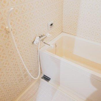 お風呂もちょいとレトロ感ありですが、一周回って愛着が湧く可愛らしさ。
