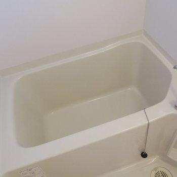 お風呂もシンプル、窓付きです! (※写真は3階の反転間取り別部屋のものです)