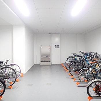 駐輪場は建物内でした。