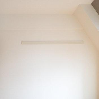 壁にはハンガーなどをかけられます。
