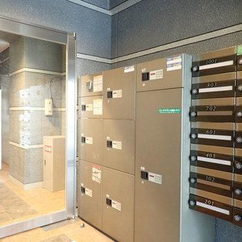 エントランスにメールボックス&宅配ボックス。