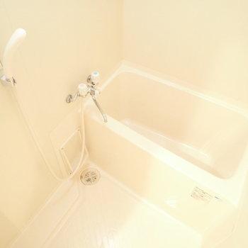 バスルームは白くて清潔な雰囲気。
