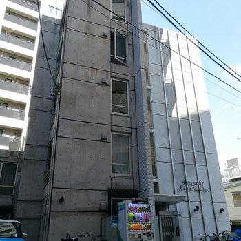 コンクリートが強調された外観。