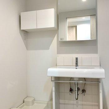 洗面台と洗濯機置場は隣り合っています