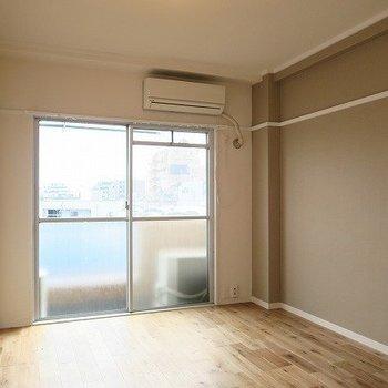 こちらは6帖の洋室。※写真は似た間取り別部屋のものです