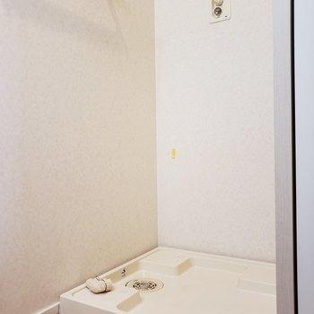 コンパクトだけど脱衣所があって、その中に洗濯機置場も・・!(※写真は3階の同間取り別部屋、清掃前のものです)