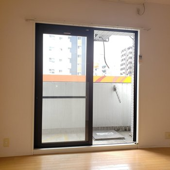 カーテンはシンプルな色にしよう。(※写真は3階の同間取り別部屋、清掃前のものです)