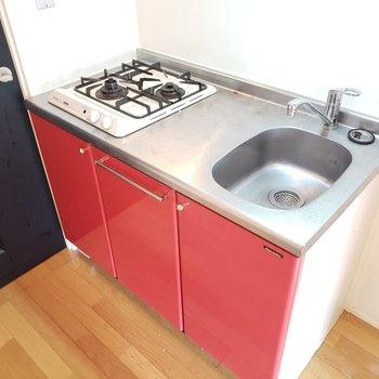 赤がセクシー♡横には冷蔵庫を置けます!(※写真は3階の同間取り別部屋、清掃前のものです)