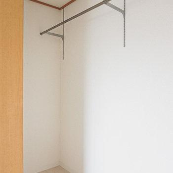 奥までスペースがあり、ハンガーパイプの高さが変えられるのでファッション好きにも嬉しい仕様です◎