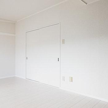 まずは南側の洋室から。白い空間に、一面だけ黒いアクセントクロス。(1枚目の写真を参照ください。)