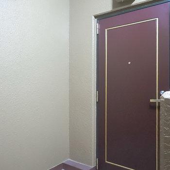 階段を上がって右手がお部屋です。