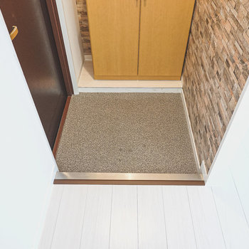玄関は1人がしっかり入れる適度なサイズ。