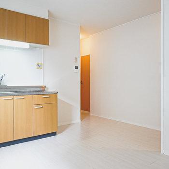 DKは約7帖。奥にはキッチン以外の水回りと洋室。
