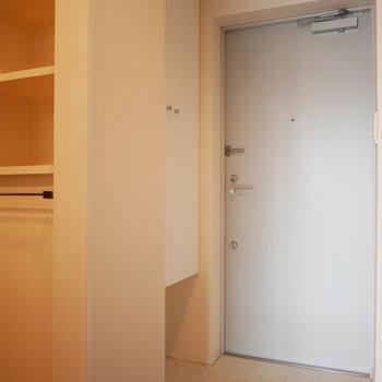 玄関もシンプルに(※写真は3階の同間取り別部屋のものです)
