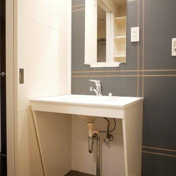 洗面台のデザインもいいけどクロスも素敵(※写真は3階の同間取り別部屋のものです)