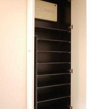 シューズクローゼットも大容量(※写真は3階の同間取り別部屋のものです)