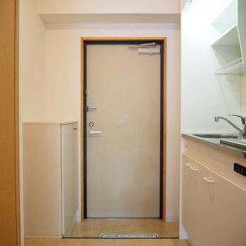 キッチン横が玄関です(※写真は2階の同間取り別部屋のものです)
