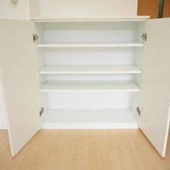 こちらの棚には、書類や小物などをしまえます!(※写真は2階の同間取り別部屋のものです)