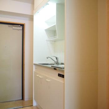キッチンは廊下に。隣には冷蔵庫を置けそう。(※写真は2階の同間取り別部屋のものです)