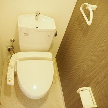 トイレです。グレーの壁紙が大人っぽい!(※写真は2階の同間取り別部屋のものです)