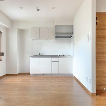 小窓側から。キッチン周りもゆとりあり。イスもテーブルも置けますね!