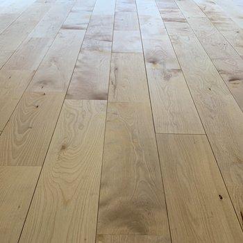 バーチ材の無垢床がサラサラしてます