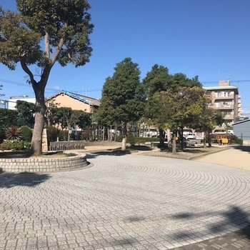 となりには広いきれいな公園!