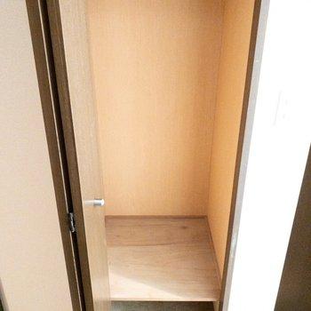 廊下】洋室に入りきらないコート類はここへ。