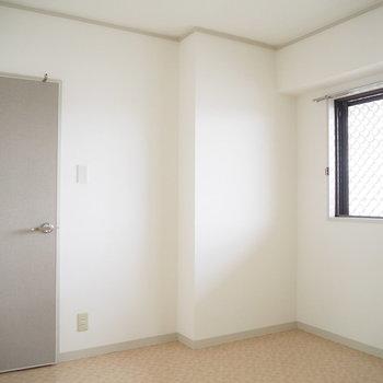 洋室2】こちらの扉にもアクセントクロスが!※写真は4階同間取り・別部屋のものです。