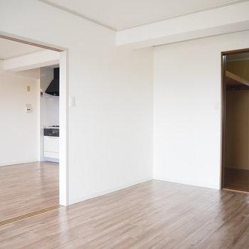 洋室1】斜めの角度からの眺めです。※写真は4階同間取り・別部屋のものです。