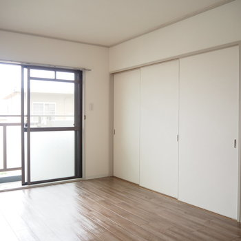 洋室1】こちら側の扉の色は白です!※写真は4階同間取り・別部屋のものです。