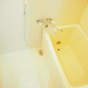 お風呂は追い焚き機能つき。※写真は4階同間取り・別部屋のものです。