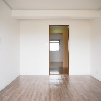 洋室1】ウォークスルーして6帖の洋室にいけます。※写真は4階同間取り・別部屋のものです。