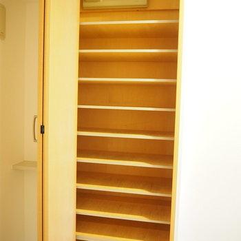 シューズボックスはこちら。※写真は4階同間取り・別部屋のものです。