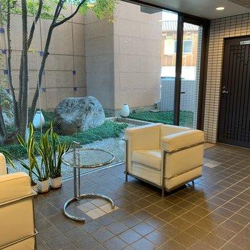 共用部】管理人のフロント前にちょっとした休憩スペースが。